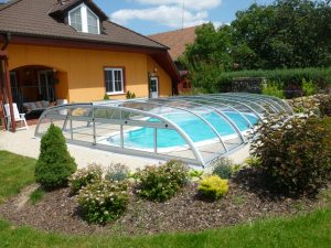 Zastřešení bazénu Relax ve tvaru ledviny u rodinného domu