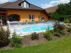 Zastřešení bazénu ve tvaru ledviny u rodinného domu