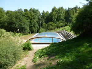 Zastřešení bazénu ve tvaru ledviny v zahradě u rodinného domu