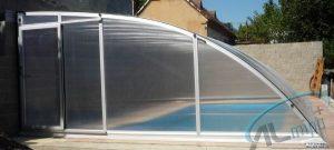 Vysoké zastřešení bazénu Tropik je podchozí po jedné straně