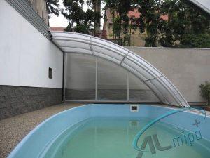 Vysoké zastřešení bazénu podchozí po jedné straně