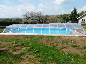 nízké bazénové zastření Relax je decentní a nenarušuje vzhled zahrady