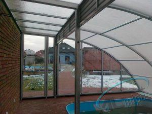 Vysoké zastřešení bazénu Tropik podchozí po jedné straně