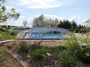 nízké zastřešení bazénu typu Relax v provedení stříbrný elox