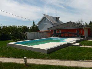 elegantní zastřešení Relax s tmavou konstrukcí odsunuté za bazén, Senica