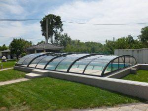 řešení bazénového zastřešení na nerovném povrchu pomocí podezdívky