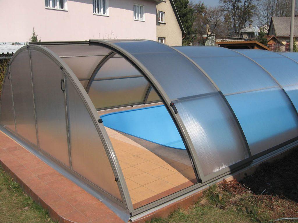 Konstrukce zastřešení bazénu je vyrobena ze speciálních profilů z kvalitní slitiny hliníku s povrchovou úpravou stříbrný elox